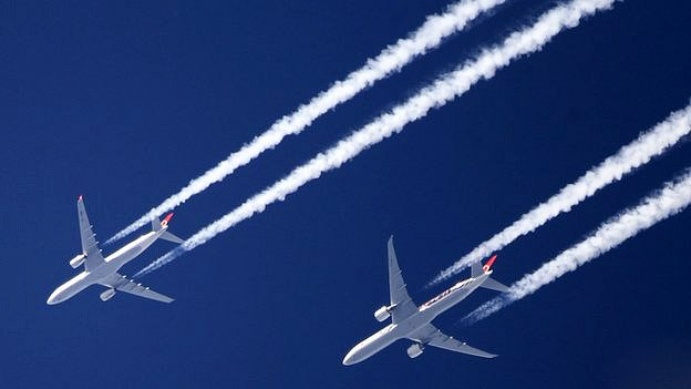 Белые следы за самолетами