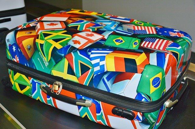 Яркий чемодан для багажа
