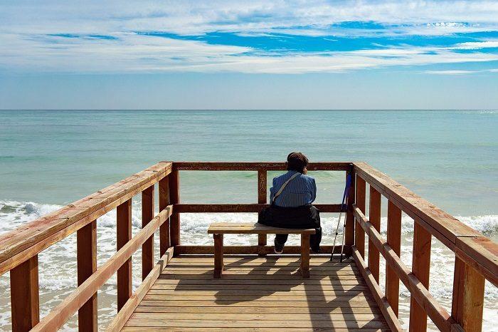 Пожилой человек на берегу
