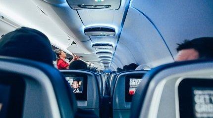 Стюардесса на борту самолета