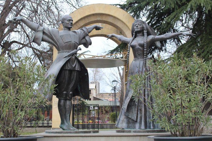 Памятник Нино Рамишвили и Илико Сухишвили в Тбилиси
