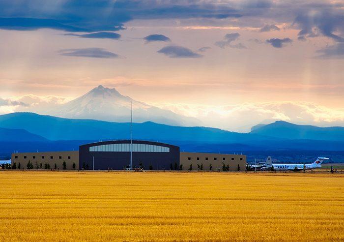Аэропорт на фоне гор