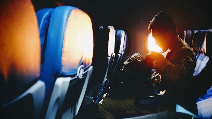 Человек с рюкзаком в самолете