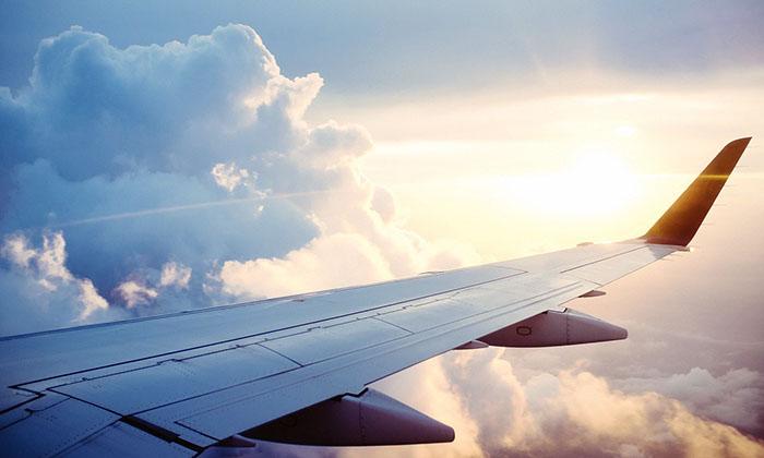 Крыло самолета и солнце