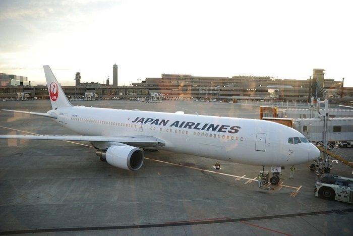 Самолет Японских авиалиний в аэропорту Нарита